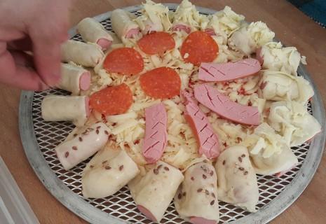 Хот-дог пицца с мясными ингредиентами компании «Дымов»