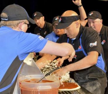 Быстрее, лучше, вкуснее: сотрудник Domino`s готовит пиццу за 11 секунд