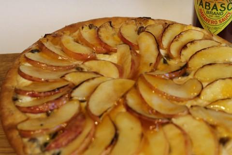 Пицца со специями, яблоками и рикоттой