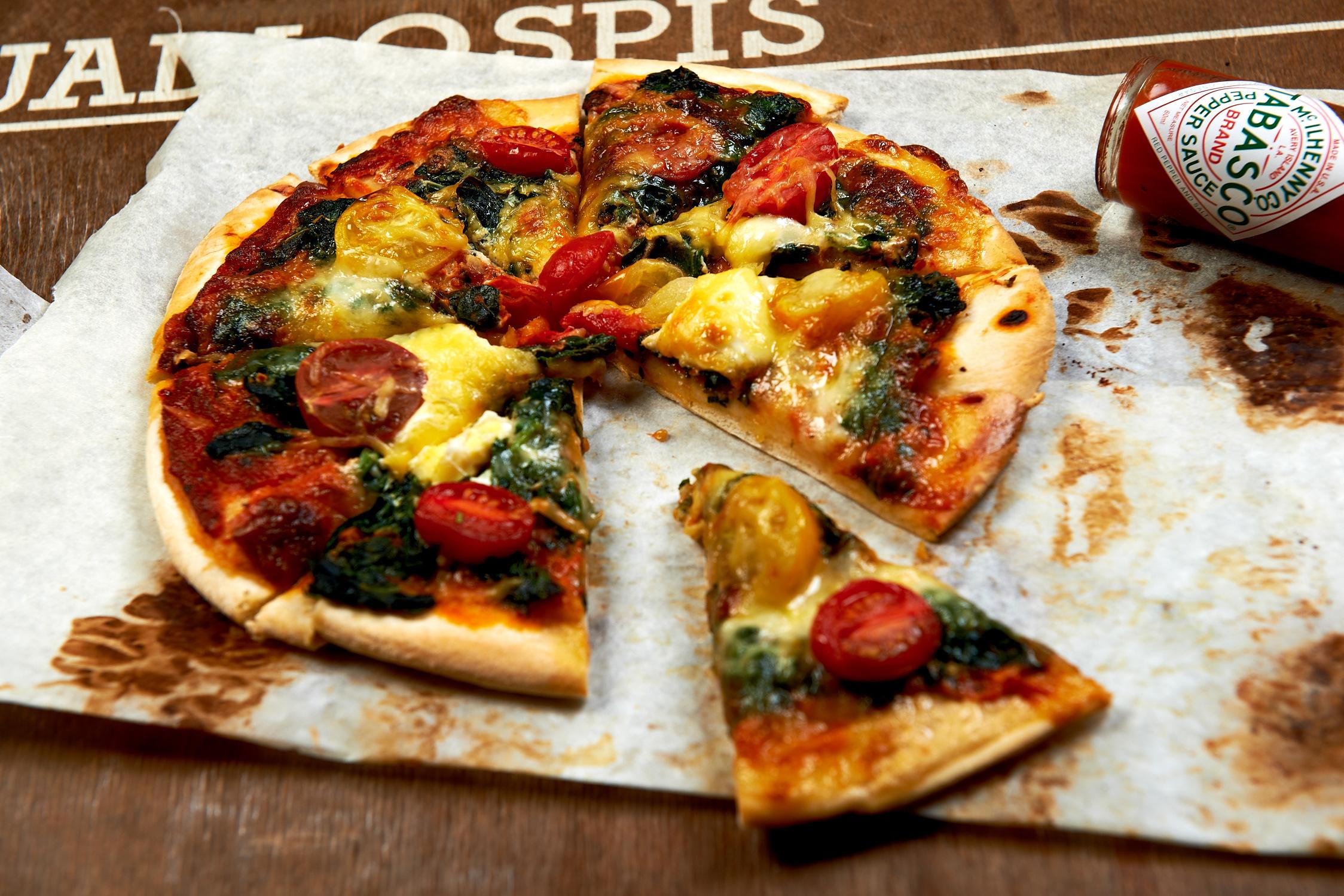 Пицца со шпинатом и яйцом